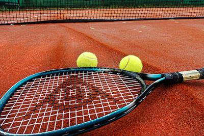 Waterschade aan tennisbanen hersteld
