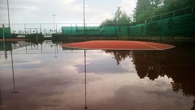 UPDATE: Stortbui vernielt twee tennisbanen in Akkrum