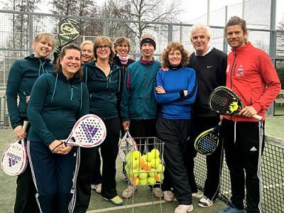 Akkrumer tennissers doen clinic op padelbaan Joure