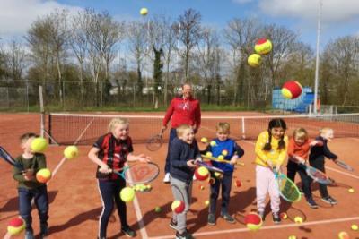 Zonneschijn op open dag tennisjeugd Akkrum
